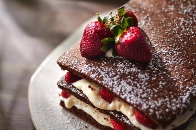 Receita de naked cake de chocolate com doce de leite e morangos