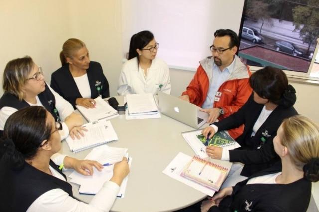 O sushiman Jun Sakamoto coloca em prática suas habilidades administrativas no conselho do Hospital Santa Cruz
