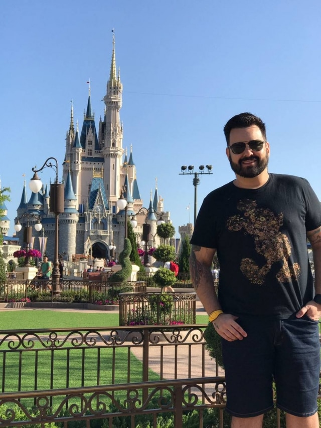 Bruno em frente ao Castelo da Cinderela, no Magic Kingdom