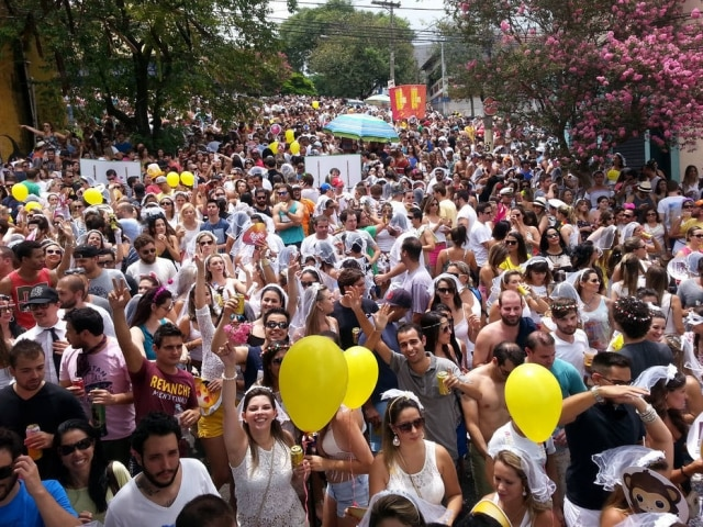 Foliões participam de bloco Casa Comigo, em São Paulo.