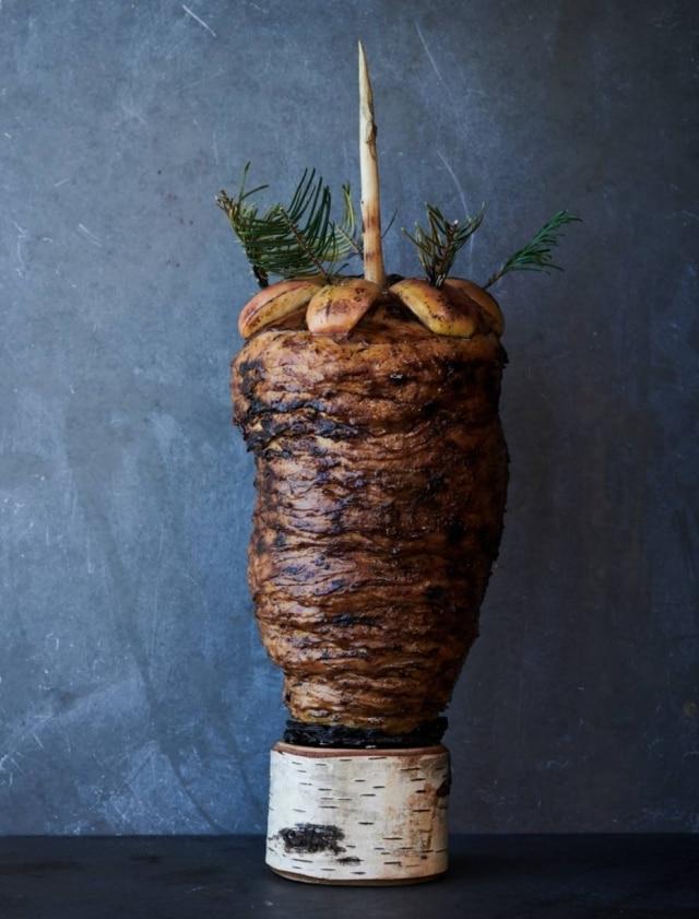 Shawarma: finas fatias de aipo-rábano, assadas na brasa ganham aroma de trufas e de uma infusão de cogumelos.