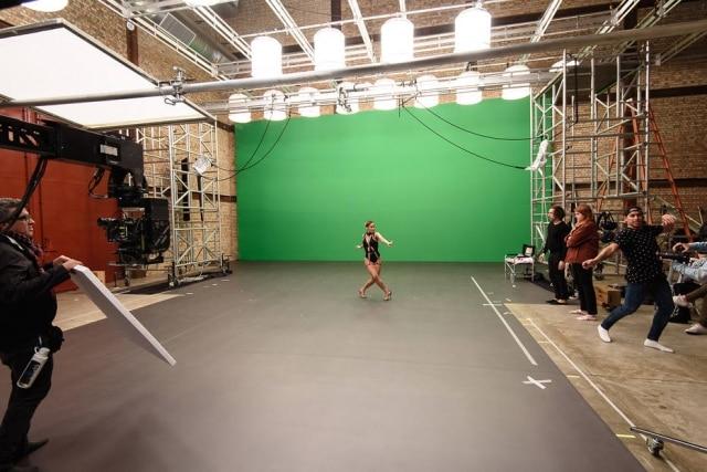 Claudia Leitte em cenário virtual onde gravou o clipe de 'Balancinho'.