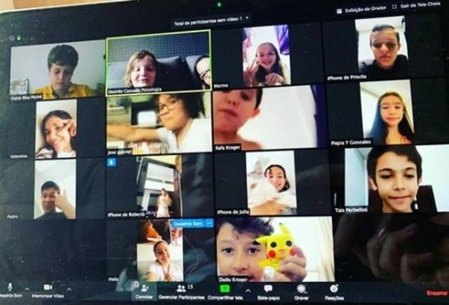 Crianças de 10 a 12 anos se reuniram por webcam para matar as saudades.