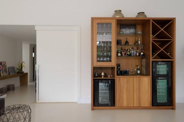 Adega de madeira deu mais charme para oprojeto da arquiteta Juliana Fabrizzi