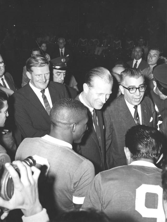 Duque de Edimburgo cumprimenta jogadores antesdo jogo entre Santos e Palmeiras realizado em sua homenagem no Pacaembu em 17/3/1962.> Estadão - 17/3/1962