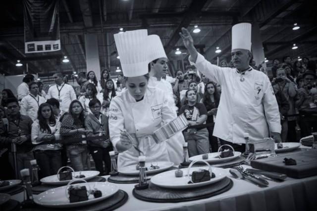Compenetrada. Giovanna Grossi finaliza os pratos de carne perto da plateia
