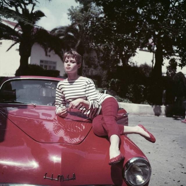 """Brigitte Bardot usa as sapatilhas Cendrillon em cena do filme """"E Deus criou a Mulher"""", de 1956."""