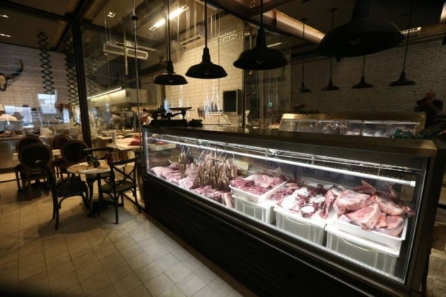 Em meio ao salão, a vitrine, onde as carnes de cortes menos usuais, que são o carro chefe do novo restaurante ficam expostas