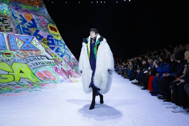 Um desfile, o da Balenciaga, e duas tendências sobreposições e peles sintéticas, receita infalível para aquecer seu inverno