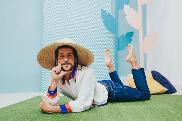 Em 'Brazil Explained', Caio Braz traz a cultura brasileira para o público estrangeiro.