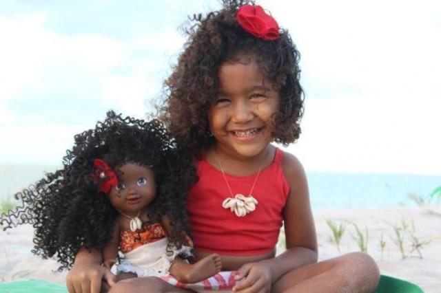 Paulo Victor fez uma boneca com cabelo cacheado após um pedido da filha