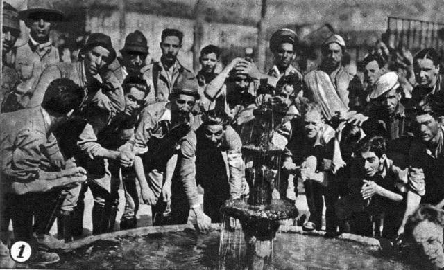 No interior do Estado, batalhão se refresca em um chafariz. Imagem publicada noSuplemento Rotogravurade 14/9/1932
