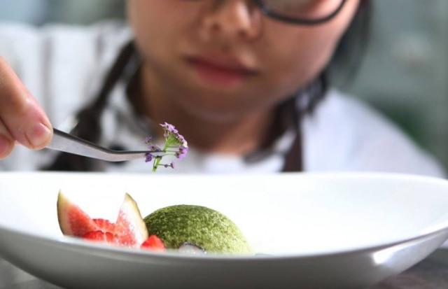 Delicadeza. Vivi finaliza sobremesa do menu degustação do Aizomê. Luna de matchá com doce de azuki e frutas