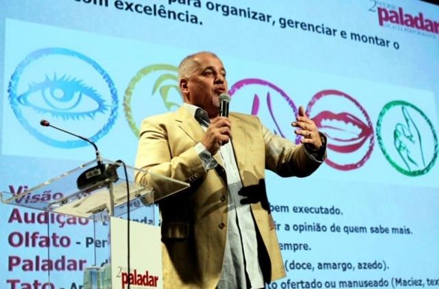 """Adri Vicente Jr. durante a palestra """"Um mercado de oportunidades: como prosperar no segmento de alimentos e bebidas mesmo em tempos de crise""""."""
