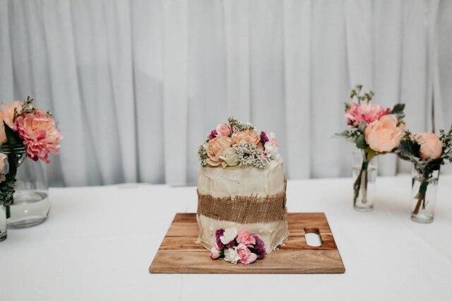Amigas improvisam bolo para noiva comprando ingredientes prontos em um supermercadoe 'salvam' casamento.
