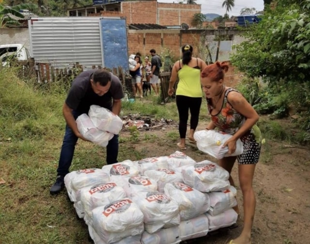 Voluntários da ONG Ação da Cidadania realizam doação de cestas básicas no Rio de Janeiro.