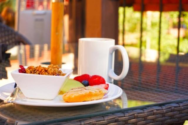 Iniciar o dia com um café da manhã inteligente pode reforçar sua determinação a comer de maneira saudável no resto do dia