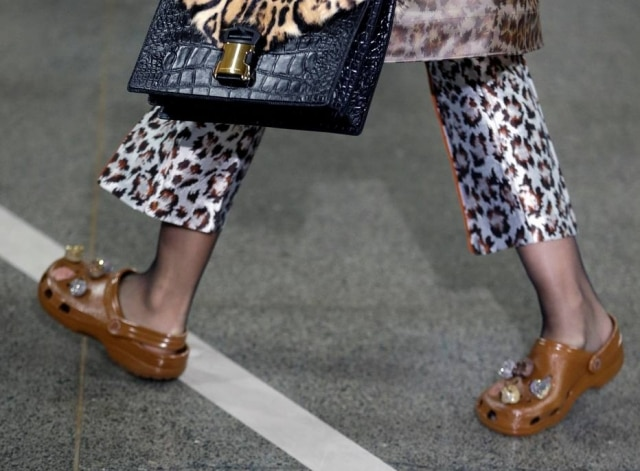 O calçado mais criticado do universo fashion surgiu na passarela da marca Christopher Kane.