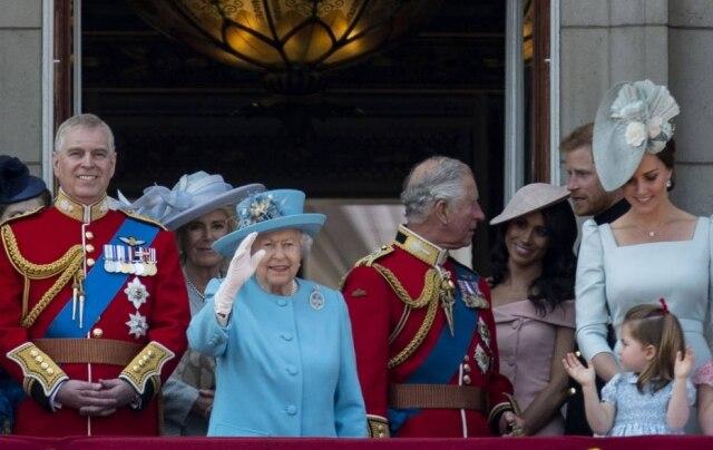 Acompanhada de membros da família real britânica, a rainha Elizabeth II festejou seu 92º aniversário durante a tradicional parada 'Trooping Colours'.