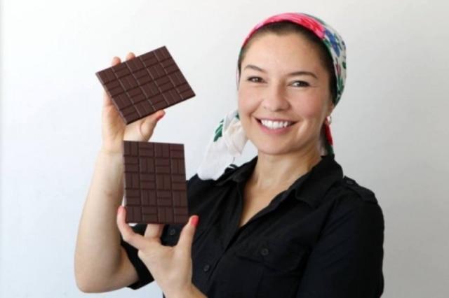 A chocolateira Arcélia Gallardo, da Mission Chocolates, em sua casa, em São Paulo