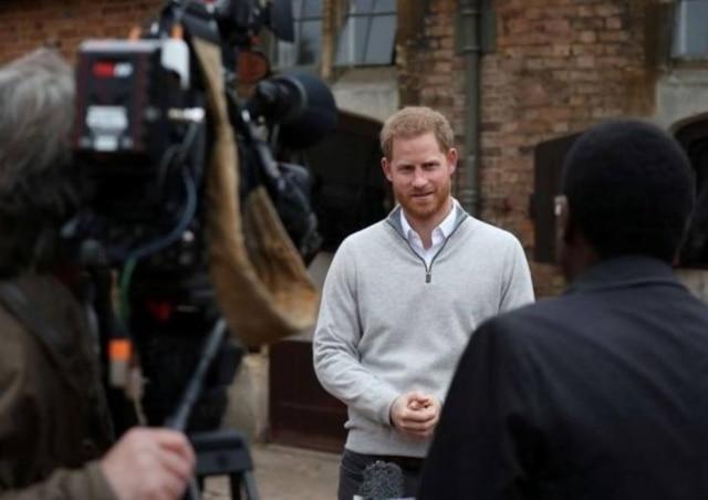 Príncipe Harry fala à imprensa após nascimento do filho em Windsor.