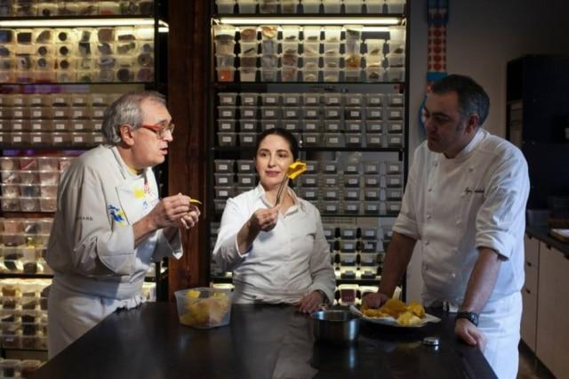 A chef Elena Arzak no laboratório de seu restaurante, famoso pelas experimentações.