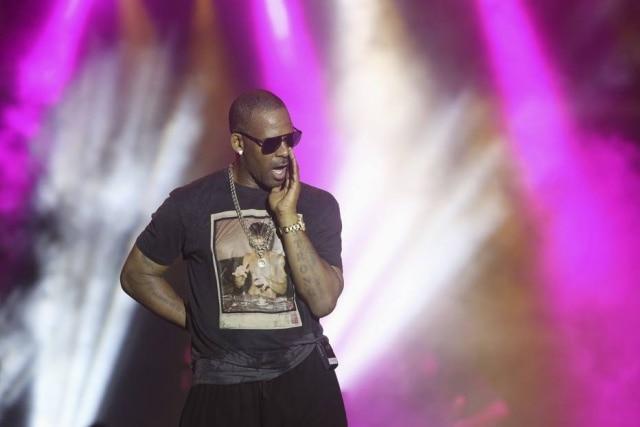 O rapper R. Kelly está sendo acusado de manter mulheres presas em espécie de 'culto'.