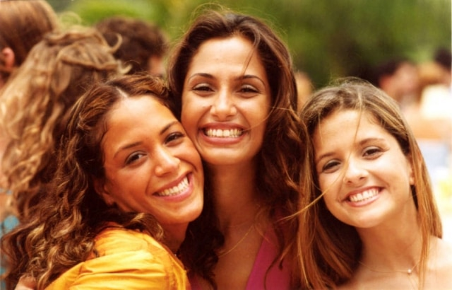 Júlia Almeida como Vidinha, ao lado de Camila Pitanga e Giselle Policarpo, em 'Mulheres Apaixonadas'.