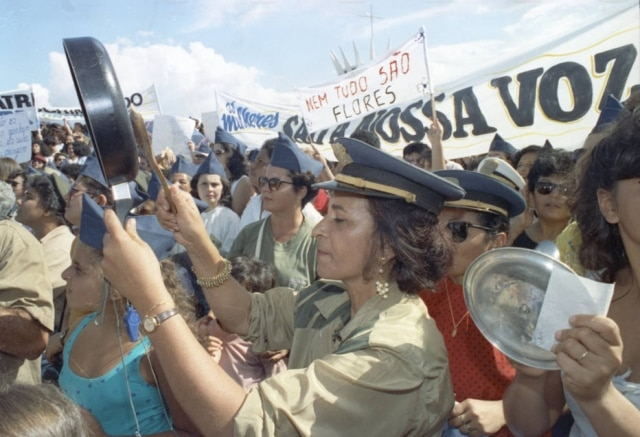 Esposas de militaresparticipam de manifestação que pedia melhoria salarial para as Forças Armadas na Esplanada dos Ministérios em Brasília, 27/4/1992.