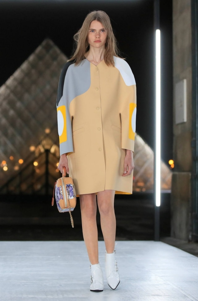 Um vestido-casulo com recortes geométricos da coleção da Vuitton