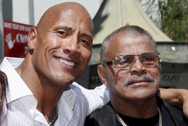 Dwayne 'The Rock' Johnson ao lado de seu pai, Rocky Johnson, em foto de 19 de maio de 2015.