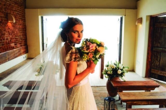 O véu é o item mais popular, mas mantilhas e voilletes também fazem acabeça das noivas