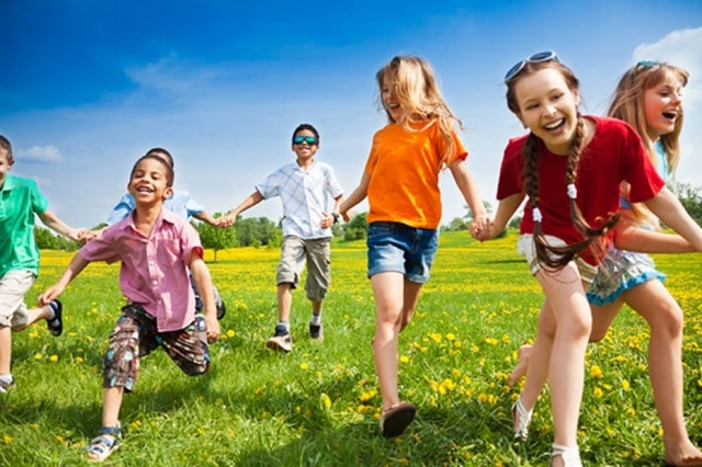 Crianças acima de 10 anos brincam em companhia umas das outras