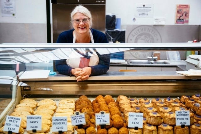 Zoe Tew, gerente da barraca Mrs King's Pork Pies no Borough Market de Londres.
