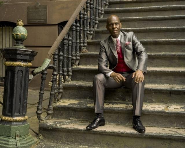 Daniel Day, o Dapper Dan, o alfaiate do Harlem que ficou conhecido nos anos 90 por criar roupas usando logos de Gucci e Louis Vuitton e que agoracomanda uma luxuosa butique em parceria com marca italiana
