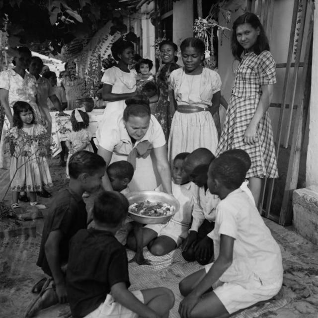 A festa do caruru de sete meninos retratada por Pierre Verger em Salvador, entre 1948 e 1952; essa foto está no livro 'Cozinhando História', publicado em 2015 pela Fundação Pierre Verger