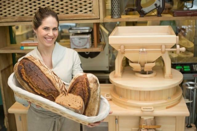 Nosso Pão. Alethea e o pão feito com a farinha 100% integral