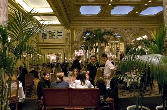 The Palm Court, bar e restaurante do hotel The Plaza.