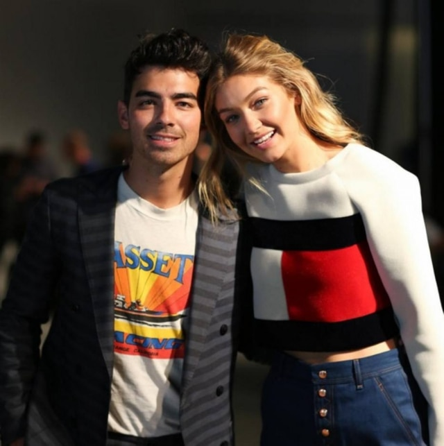 Ao lado do ex-namorado, JoeJonas, a modelo Gigi Hadid veste Tommy Hilfiger. A top é a nova musa do estilista