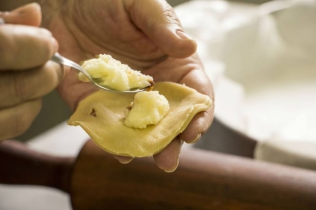 Varênique ou pierogi, não importa, o tradicional é recheado com batata e cebola.