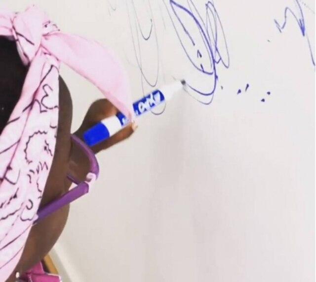 """""""Agora tem arte nas paredes da redação do site da mamãe"""", escreveu Bruno Gagliasso"""