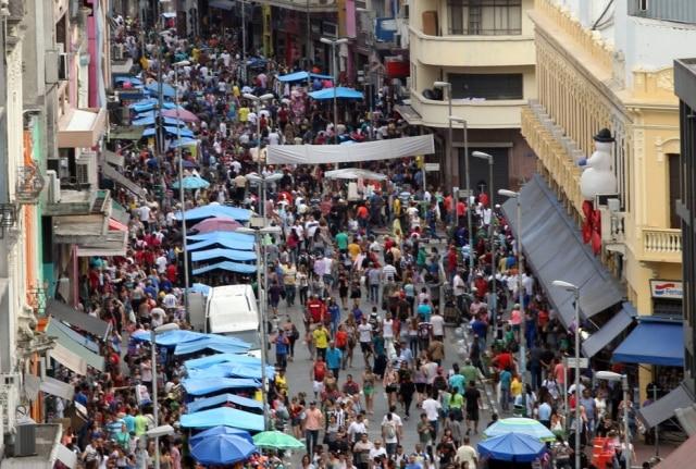 A Rua 25 de Março, em São Paulo, fica quase intransitável em época de fim de ano