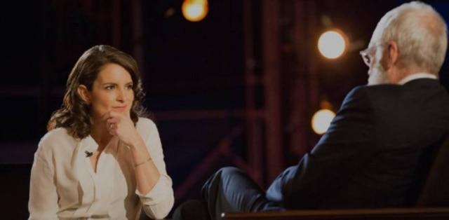 Tina Fey se emocionou ao falar dos pais durante o programa'My Next Guest Needs No Introduction With David Letterman'.