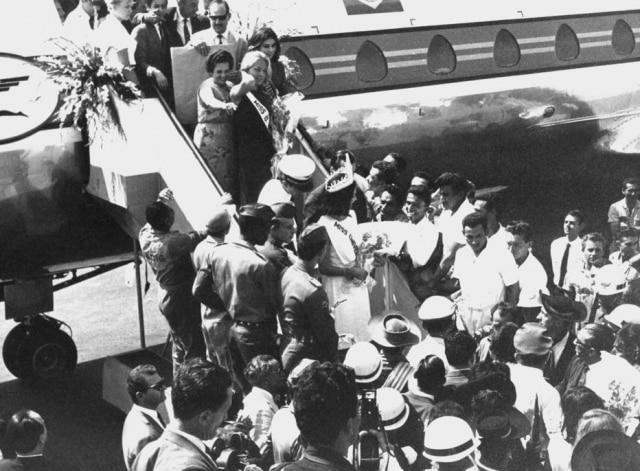 Ieda Maria Vargas é recebida com festa ao desembarcar no aeroporto de Brasília como a Miss Universo 1963.