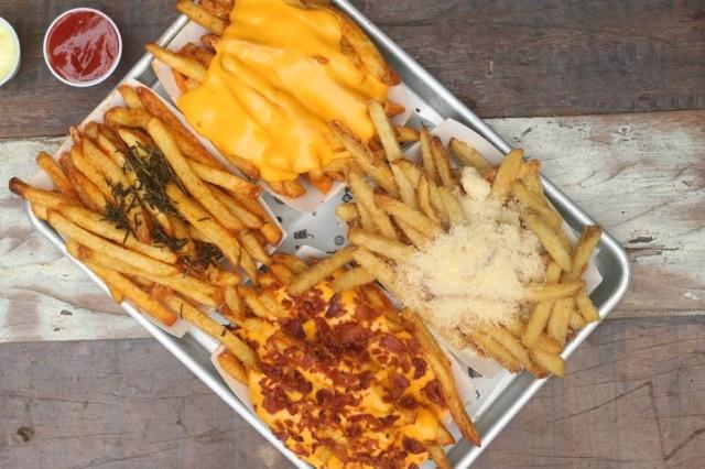 """Porções de fritas do Cabana podem vir cobertas com """"toppings""""."""