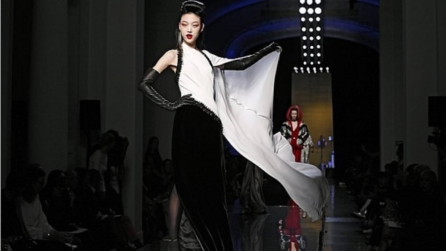 Materiais luxuosos e saias exageradas dividiram a cena com luvas pretas e unhas vermelhas