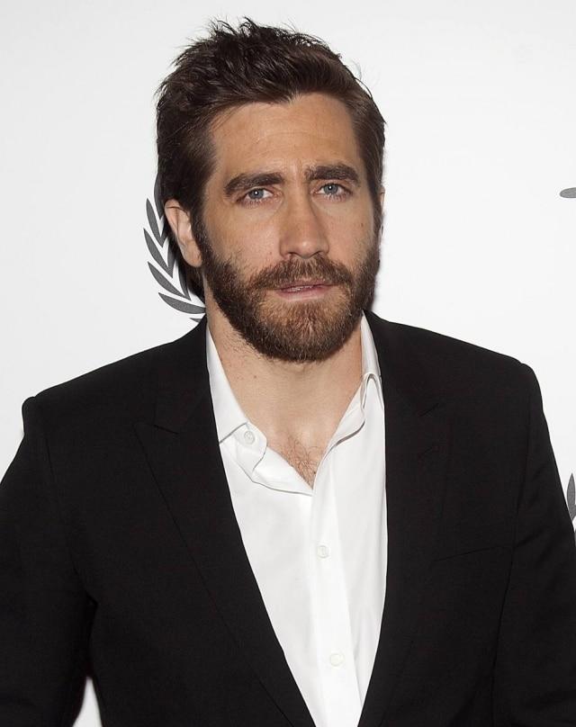 O ator Jake Gyllenhaal tem o rosto quadrado e fica bem com a barba de estilo natural