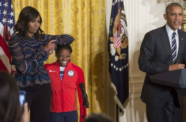 Michelle Obama faz poses brincando com a altura da ginasta olímpicaSimone Biles.