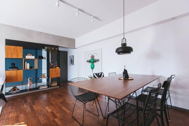 O morador solicitou que todo o apartamento fosse modificado, e ,como resultado, o local espelha o seu estilo. Acima, a sala com mesa com seis cadeiras de estilos diferentes