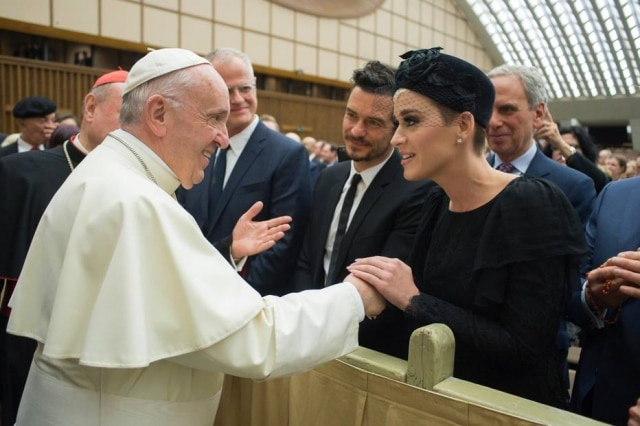 Katy Perry e Orlando Bloom se encontraram com o Papa Francisco no Vaticano.